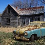 Dom w ruinie i rozpadający się samochód