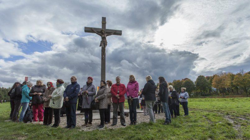 Ludzie pod krzyżem