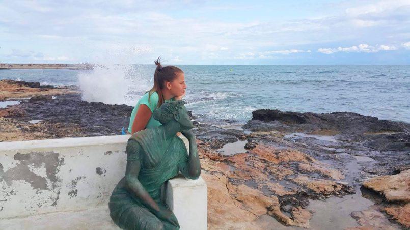 Dominika patrzy w dal