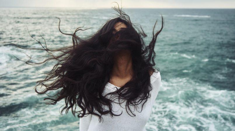 włosy na wietrze