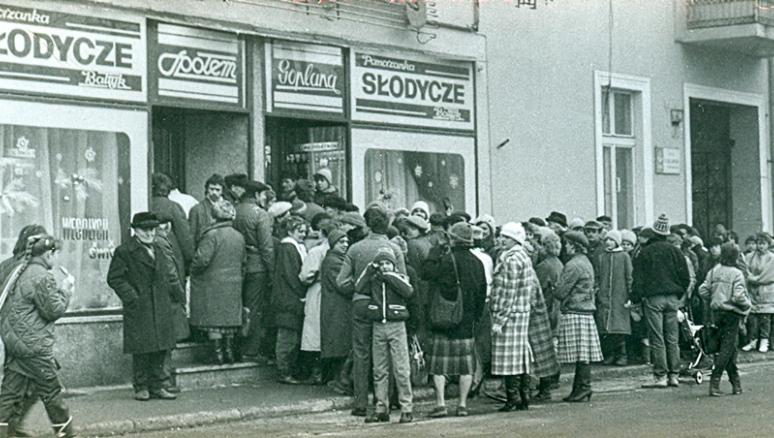 Kolejka do sklepu w PRL